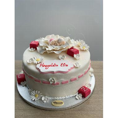 Торта бебе и цвете